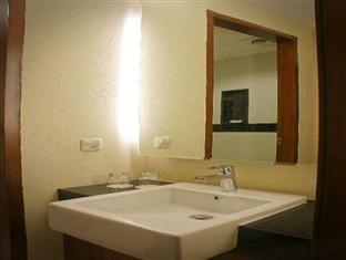 Feodora Hotel Grogol Bathroom