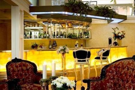 Amos Cozy Hotel Bar