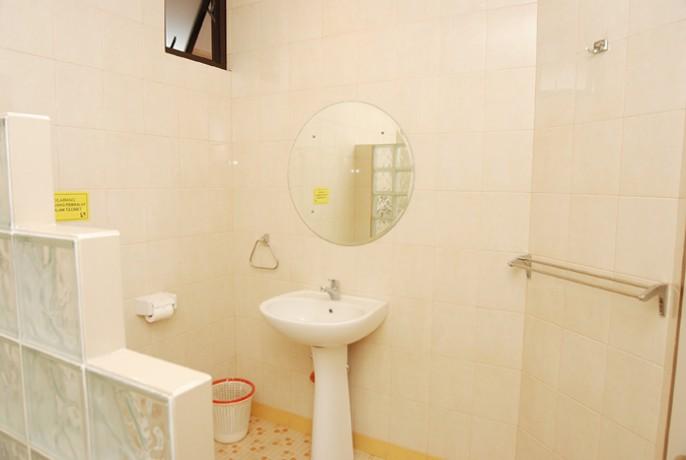 Rumah Tamu 678 Kemang Bathroom