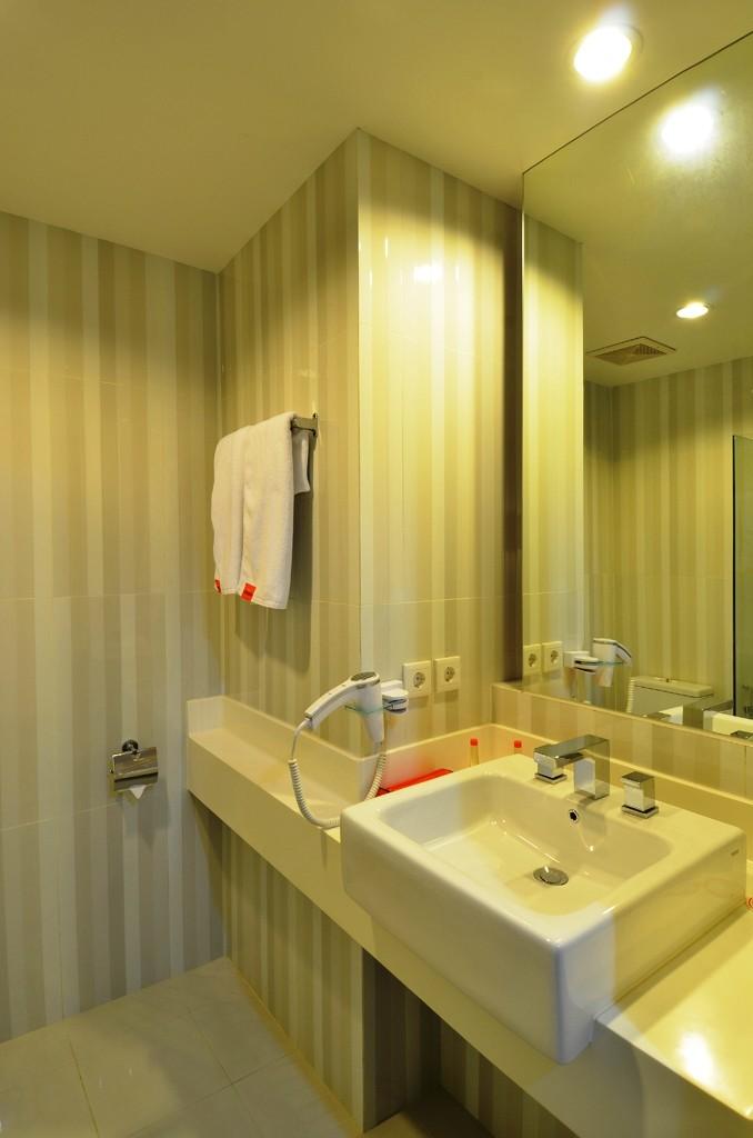 HARRIS Hotel & Conventions Malang Bathroom
