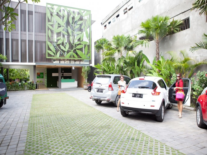 Cozy Stay Hotel Bali Parking Area