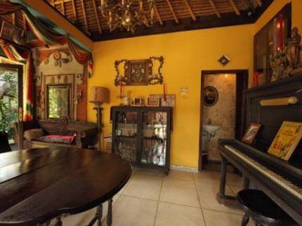 Matahari Cottage Bed & Breakfast Library Room